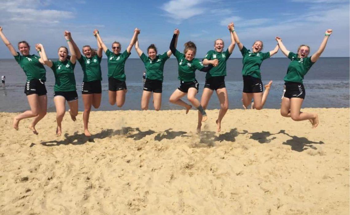 HSV-Youngstars-im-Sand-aktiv
